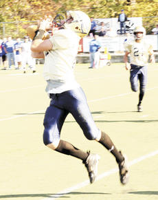 """<div class=""""source"""">Mark Verbeck</div><div class=""""image-desc"""">Quarterback Nathan Davis shakes a defender and looks for the end zone against Owen County.</div><div class=""""buy-pic""""><a href=""""/photo_select/5124"""">Buy this photo</a></div>"""