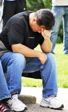 "<div class=""source""></div><div class=""image-desc"">Art Panganiban bows his head as he prays. </div><div class=""buy-pic""><a href=""/photo_select/17717"">Buy this photo</a></div>"