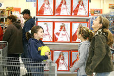 """<div class=""""source"""">Linda Lawrence</div><div class=""""image-desc"""">Kara Cain, Morgan Gatewood and Mason McClure giggle as they try to pick out a Barbie for an 8-year-old girl.</div><div class=""""buy-pic""""><a href=""""/photo_select/8553"""">Buy this photo</a></div>"""