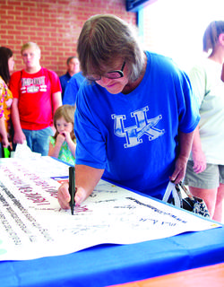 Bobbi Gentry signs 'Not in my House' parent pledge for a drug-free home.